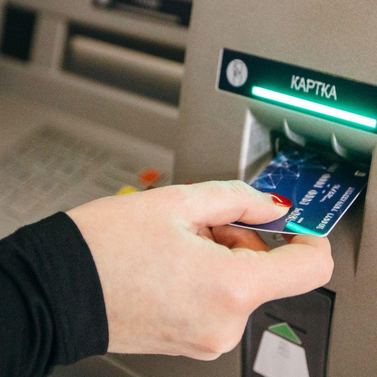 Обмін валют у банкоматах: в Україні запрацювали нові правила фінансових операцій