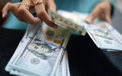 Украинцы массово сдают валюту: в НБУ объяснили причины