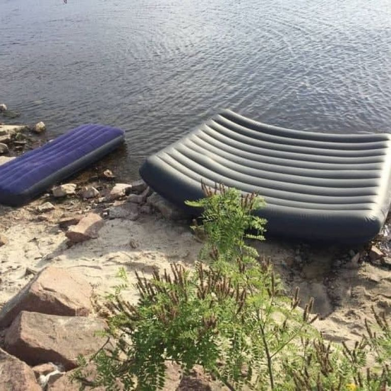 Пошуки припинено: знайшли тіло чоловіка, якого на матраці разом з двома доньками віднесло у Київське море