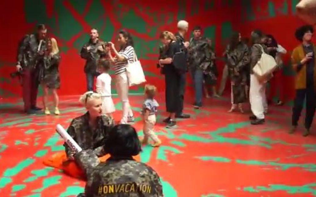 """На биеннале украинские художники устроили """"вежливый"""" перфоманс / © скриншот с видео"""