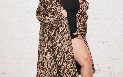 У тренчі з хижим принтом і без штанів: Ешлі Грем похизувалася пишними формами