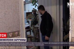 Новини України: як правоохоронцям вдалося врятувати заручницю у власній квартирі від злодія з ножем