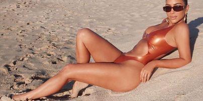 Ким Кардашян похвасталась аппетитными ягодицами в блестящем купальнике