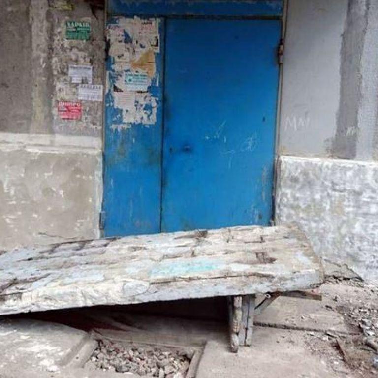 На Донеччині бетонна стіна біля під'їзду впала на чотирьох дітей