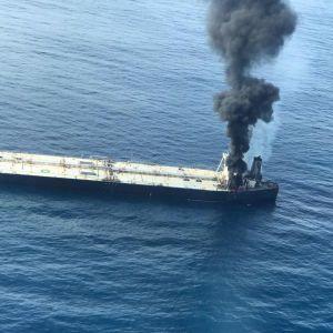 """Біля берегів Шрі-Ланки палає нафтовий танкер: влада попереджає про """"катастрофу"""" через можливий витік вантажу"""