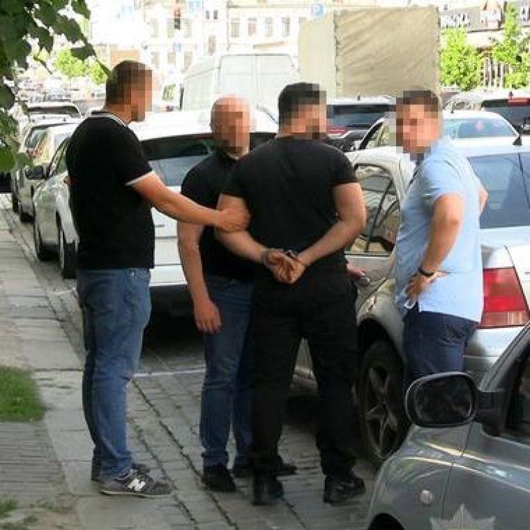 Познайомились у ресторані та вивезли до лісу: у Києві озброєні злодії пограбували іноземця (відео)