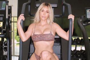 Блондинка в леопардовому бікіні: Кім Кардашян похизувалася сексуальними формами в тренажерному залі