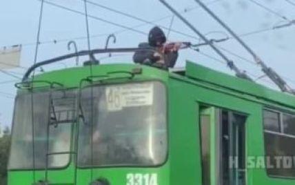 Не успел забежать в салон: музыкант, который в Харькове сыграл на крыше троллейбуса, объяснил свой поступок