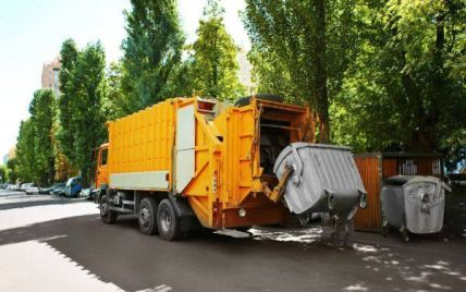 Замотался в лохмотья: на Херсонщине мусоровоз раздавил бомжа