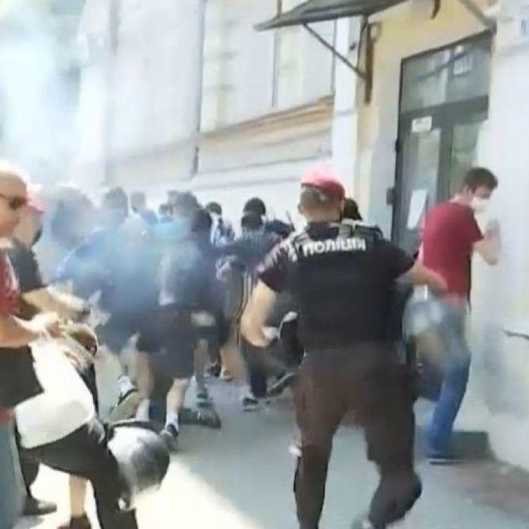 Схватки и газовые шашки: под Офисом президента произошли столкновения между митингующими