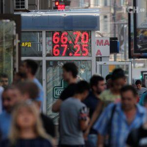 """""""Щоб не мозолили очі"""". У Росії заборонили показувати курси валют на вуличних табло"""
