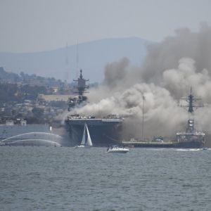 У США кількість постраждалих внаслідок пожежі на кораблі ВМС перевищила пів сотні