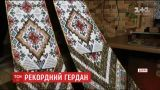 Экс-милиционерша в Кривом Роге сплела крупнейшее в Украине женское украшение из бисера