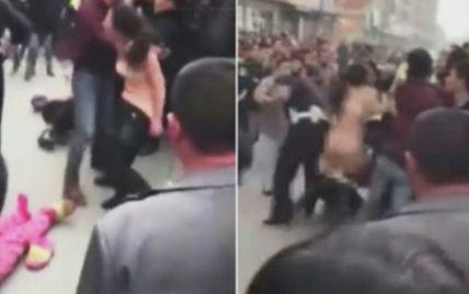 Пьяная китаянка с криком и матом разделась и набросилась на полицию