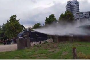 В Гааге полиция применила водяные пушки, чтобы остановить беспорядки во время антикарантинного протеста