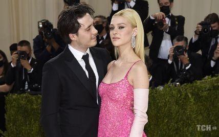 Впервые вместе на Met Gala: Бруклин Бекхэм и Никола Пельтц в кутюре блистали на дорожке