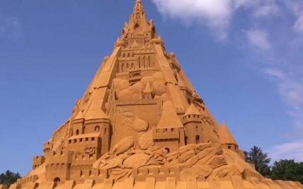 На вершину поместили модель коронавируса: в Дании построили самый высокий песчаный замок