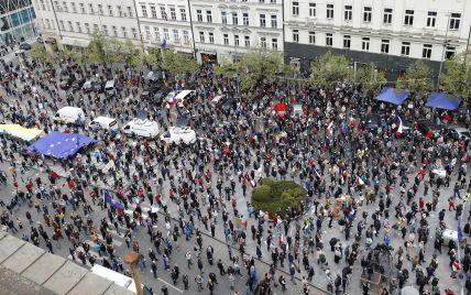 С украинским и белорусским флагами: в Праге люди протестовали против пророссийской позиции президента