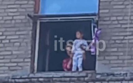Чуть не выбросила ребенка из окна: в Запорожье женщина выставила малыша на подоконник и выкрикивала непонятные вещи (видео)