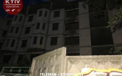 В Киеве девушка упала с недостроя, когда полезла туда фотографироваться