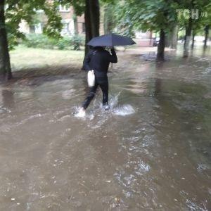 Злива у Києві: авто плавають, а люди по коліно у воді блукають