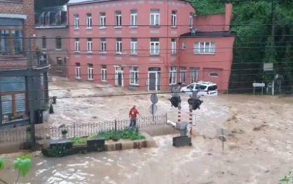 Бельгию накрыла новое наводнение: потоки воды несли машины