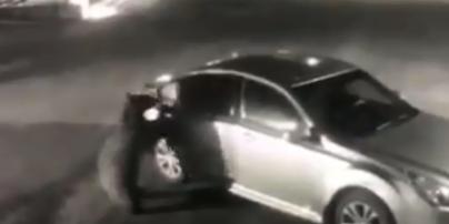Сеть поразило видео, как медведь открыл дверь и залез в припаркованную машину в поисках еды
