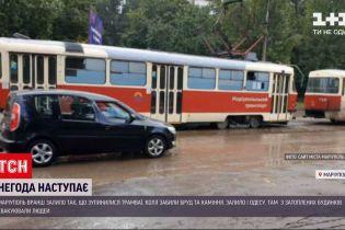 Новости Украины: в Мариуполе утренний ливень остановил движение трамваев