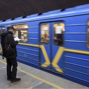 У харківському метро жінка з дітьми стрибнула під поїзд. Камери зняли відео