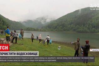 Новости Украины: в Закарпатье полсотни активистов очистили берег водохранилища от пластика