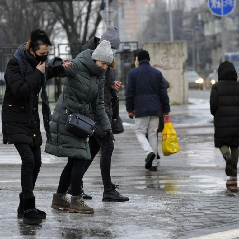 Слизько буде скрізь: синоптики попереджають українців про ожеледицю на дорогах 12 грудня