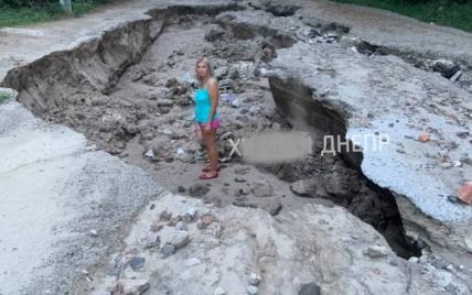 Ямы в человеческий рост и размытые могилы: в Сети показали шокирующие последствия дождей под Днепром (видео)