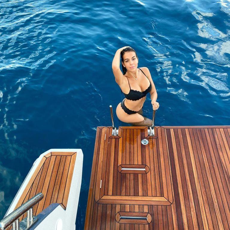 Сексапільна наречена Роналду випнула об'ємні груди в новому купальнику