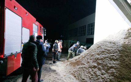 У Житомирській області чоловіка засипало тирсою під час розвантаження бункера