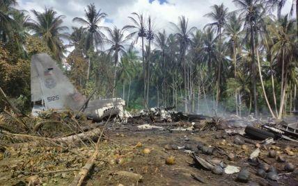 На Филиппинах разбился военный самолет: число жертв существенно возросло, пятерых солдат ищут