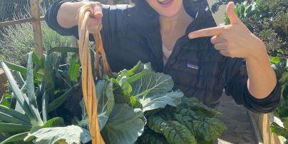 Звезды на карантине: Мила Йовович показала, что вырастила у себя на огороде