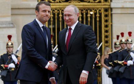 Путин поговорил с Макроном: пресс-служба Кремля выпустила традиционные жалобы на Украину, а о Навальном решила умолчать