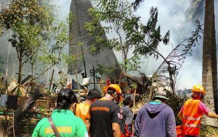 На Филиппинах разбился военный самолет: число жертв растет