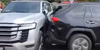 У молдовському автосалоні розбили нові Toyota та Lexus під час розвантаження (відео)