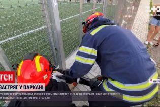Новини України: у Черкасах рятувальникам довелося звільняти з пастки 10-річного хлопчика