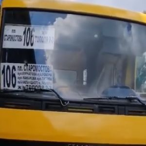 В Днепре загорелась маршрутка, водитель самостоятельно тушил пламя (видео)