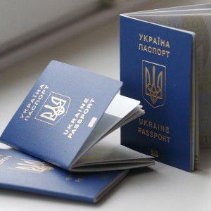 """""""Україна, іди-но ти в д*пу"""": жінка з дітьми показово """"розправилася"""" з паспортами, бо їх не випустили до Туреччини"""