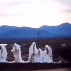 Американець виявив моторошні фігурки в плащах у місті-примарі поблизу Долини Смерті: що це було насправді