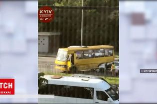 Новини України: у Києві на Броварському проспекті маршрутка не розминулася з легковиком