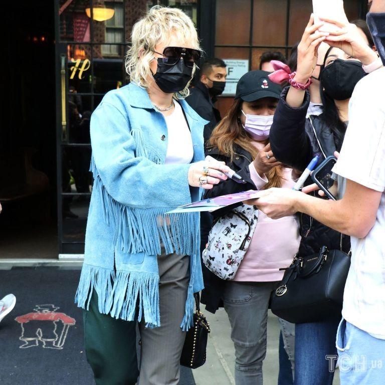 В кроп-топе и необычных брюках: Майли Сайрус подловили после репетиции