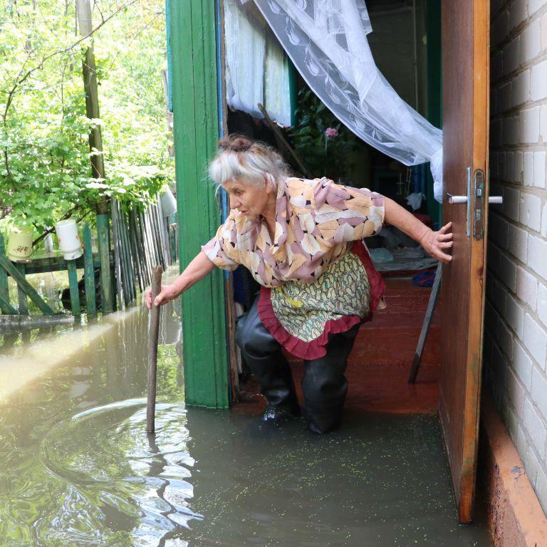 По колено в воде: в Днепре дождь затопил почти полсотни жилых домов