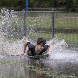 Вода дістає до вікон будинків, а річки переливаються: Австралію накрила повінь (фото)