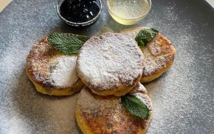 Рецепт нежных сырников с изюмом: готовим вкусный завтрак