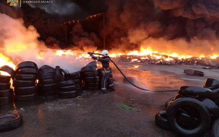 На Київщині палали тисячі шин: полум'я приборкували майже 6 годин