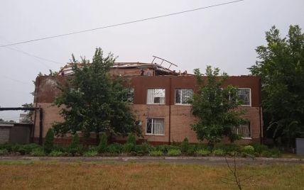 В Первомайске шквальный ветер сорвал крышу здания суда и разнес документы (видео)